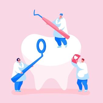 Personagens minúsculos de dentistas verificando se há buraco de cárie nos dentes na placa