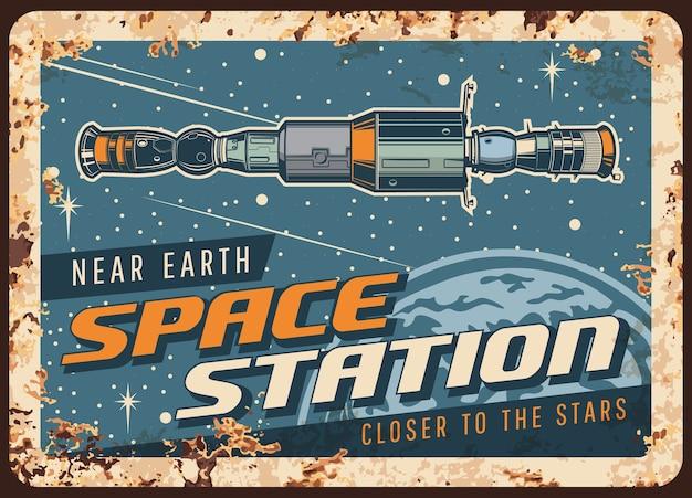 Perto da estação espacial terrestre placa de metal enferrujada