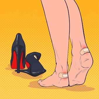 Pés de mulher pop art com remendo no tornozelo depois de usar sapatos de salto alto