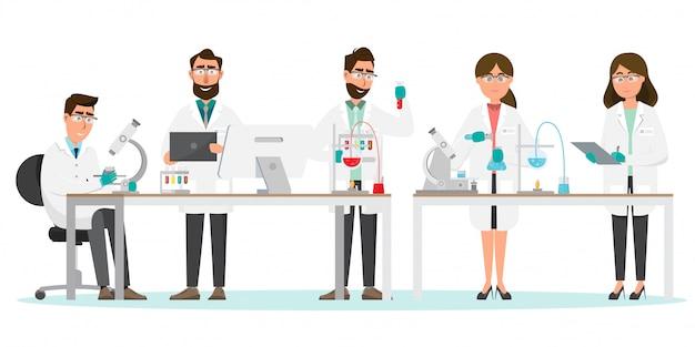 Pesquisa de homem e mulher em um laboratório