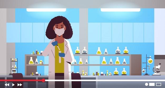 Pesquisador científico, segurando o tubo de ensaio