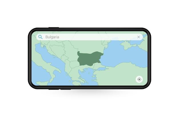 Pesquisando o mapa da bulgária no aplicativo de mapa do smartphone. mapa da bulgária no telefone celular.