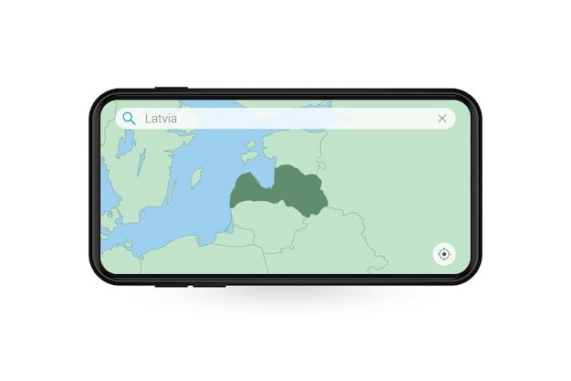 Pesquisando o mapa da letônia no aplicativo de mapa do smartphone. mapa da letônia no celular.