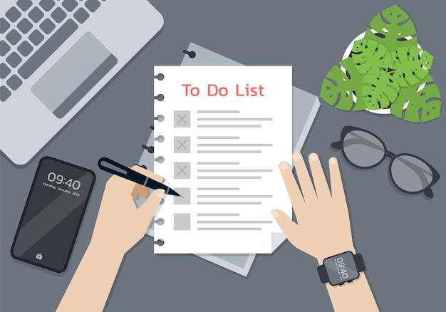 Pessoa com as mãos segurando uma caneta e escrevendo no papel da lista de tarefas, conceito de vida inteligente
