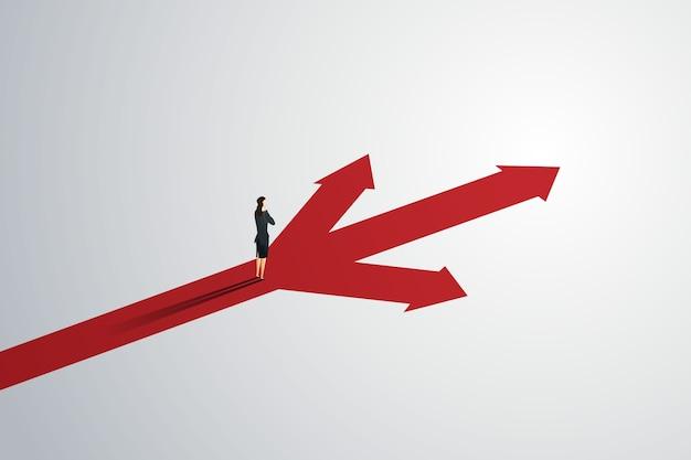 Pessoa de negócios olha para a seta do caminho três para o sucesso do objetivo.