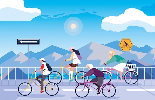 Pessoas andando de bicicleta na neve com sinalização para ciclista