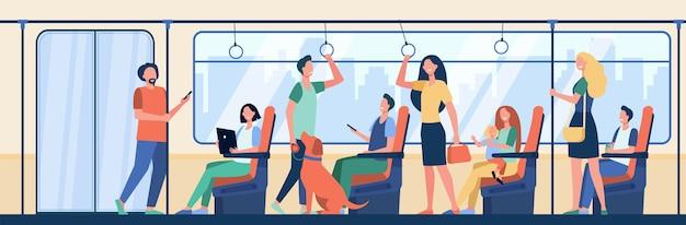 Pessoas andando de trem do metrô. viajantes sentados e em pé na carruagem. ilustração vetorial para passageiros de metrô, deslocamento diário, conceito de transporte público
