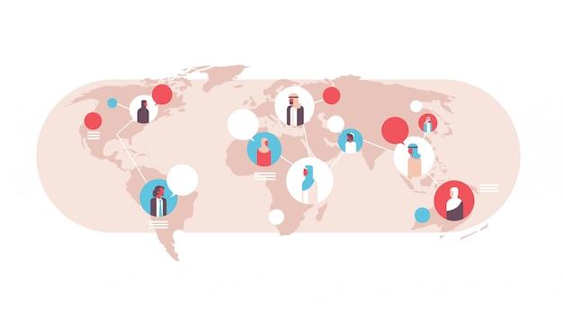 Pessoas árabes no mapa do mundo bolhas do discurso banner de comunicação global