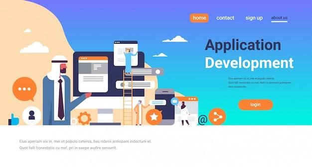 Pessoas árabes trabalhando bolhas do bate-papo banner de desenvolvimento de aplicativos móveis