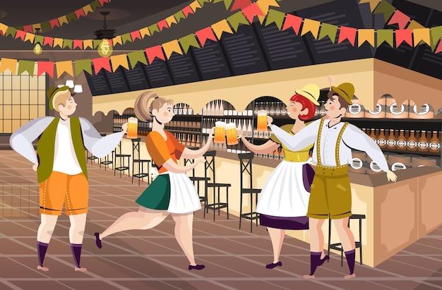 Pessoas bebendo cerveja no bar oktoberfest festa celebração conceito homens mulheres se divertindo ilustração vetorial horizontal de corpo inteiro