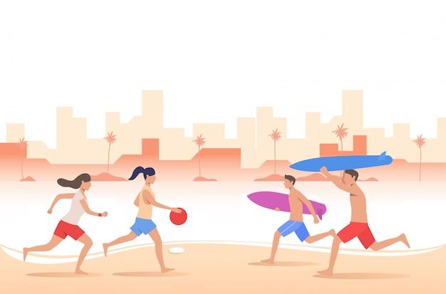 Pessoas brincando com bola e carregando pranchas de surf na praia da cidade