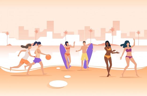 Pessoas brincando com bola e segurando pranchas de surf na praia da cidade