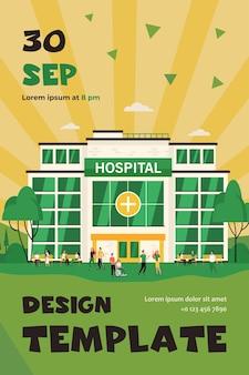Pessoas caminhando e sentadas no prédio do hospital