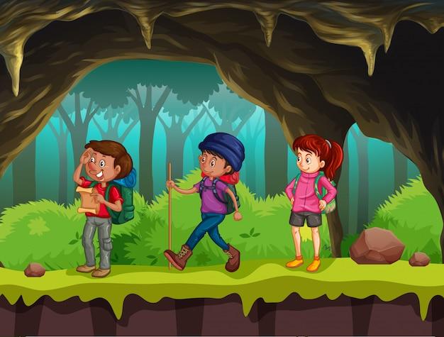 Pessoas caminhando na caverna