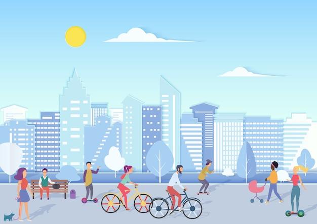 Pessoas com bicicletas, hoverboards, bebês andando e relaxando na rua quadrada de uma cidade urbana com o horizonte da cidade moderna