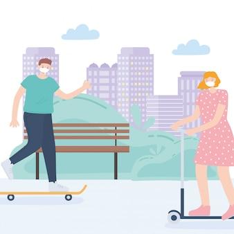 Pessoas com máscara facial médica, casal andando de patinete e skate no parque rua, atividade da cidade durante coronavírus
