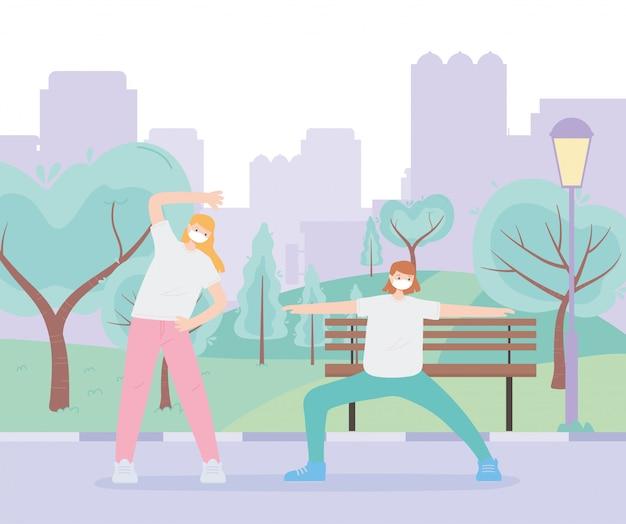 Pessoas com máscara facial médica, meninas fazendo esporte de alongamento no parque urbano, atividade da cidade durante o coronavírus