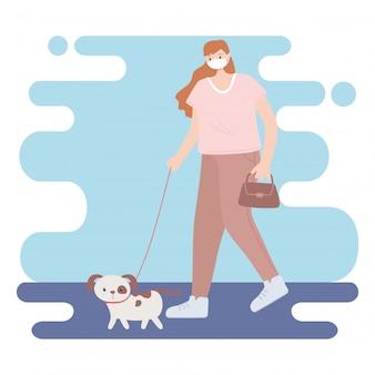 Pessoas com máscara facial médica, mulher andando com animal de estimação cachorro