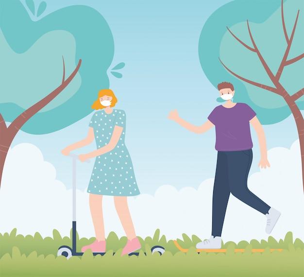Pessoas com máscara facial médica, mulher andando de skate e homem andando no parque, atividade da cidade durante coronavírus