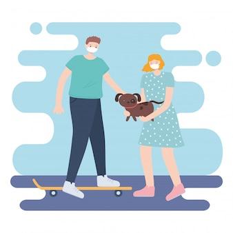 Pessoas com máscara facial médica, mulher carregando cachorro e homem andando de skate