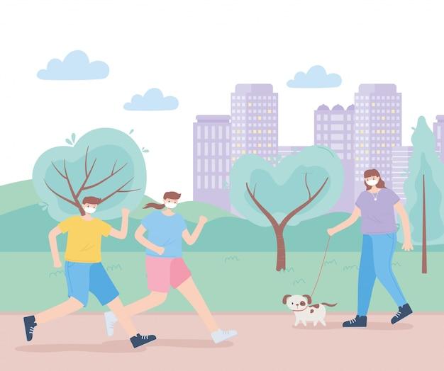 Pessoas com máscara facial médica, pessoas correndo e mulher passeando com cachorro no parque, atividade da cidade durante coronavírus
