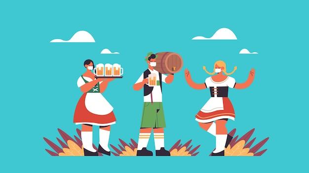 Pessoas com máscaras bebendo cerveja se divertindo com a celebração do festival oktoberfest