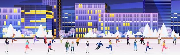 Pessoas com máscaras patinando na pista de gelo mistura raça homens mulheres se divertindo férias de ano novo coronavirus conceito de quarentena paisagem urbana de fundo ilustração vetorial horizontal de comprimento total