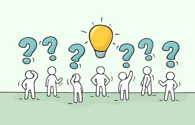Pessoas com pergunta cantam e idéia da lâmpada