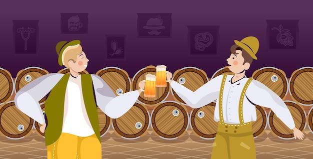 Pessoas com roupas tradicionais bebendo cerveja comemorando