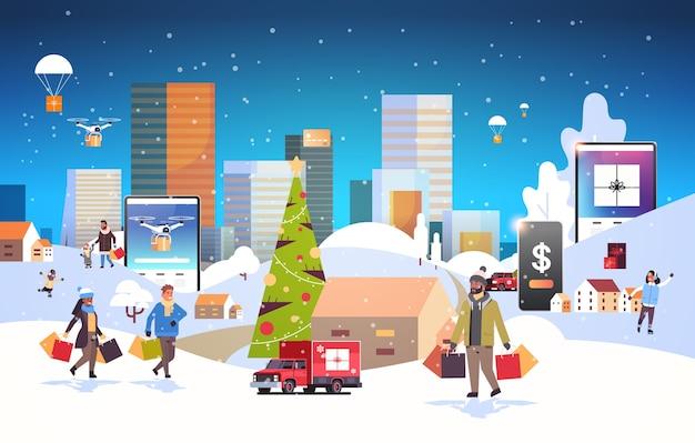 Pessoas com sacolas de compras caminhando ao ar livre usando o aplicativo móvel online se preparando para o natal, ano novo, férias, paisagem urbana, ilustração