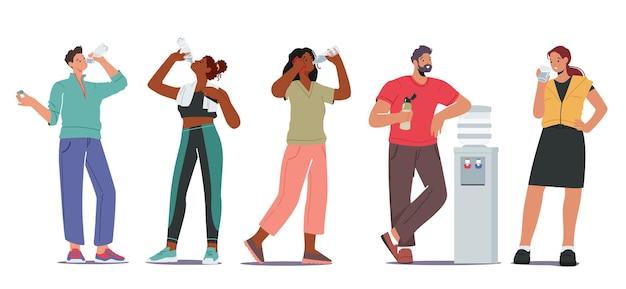 Pessoas com sede bebem o conceito de água doce. personagens masculinos e femininos, jovens e adultos, bebendo água fria do refrigerador, hidratação refrescante de garota esportiva após o treino de ginástica. ilustração em vetor de desenho animado