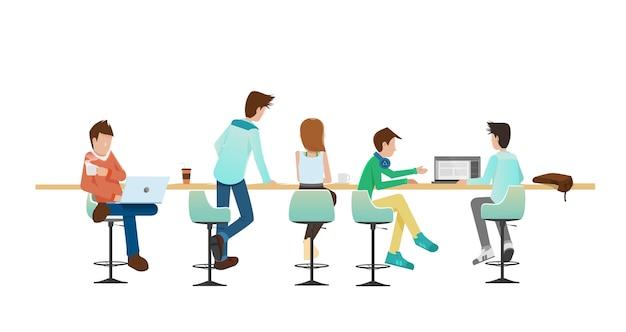 Pessoas conversando e trabalhando no centro de coworking