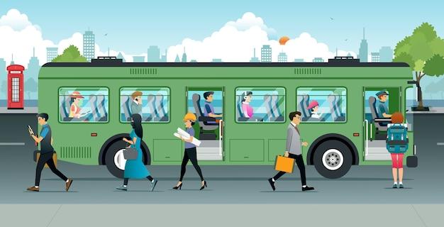 Pessoas corriam para cima e para baixo do ônibus