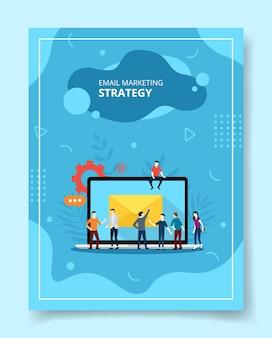 Pessoas de estratégia de marketing por e-mail em frente ao laptop para o folheto modelo