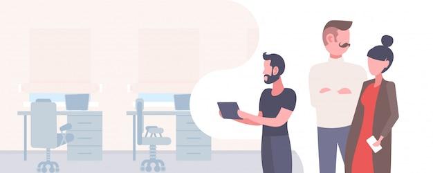 Pessoas de negócios brainstorming trabalhando juntos conceito de trabalho em equipe bem sucedido masculino masculino personagens de desenhos animados retrato moderno escritório interior horizontal plana
