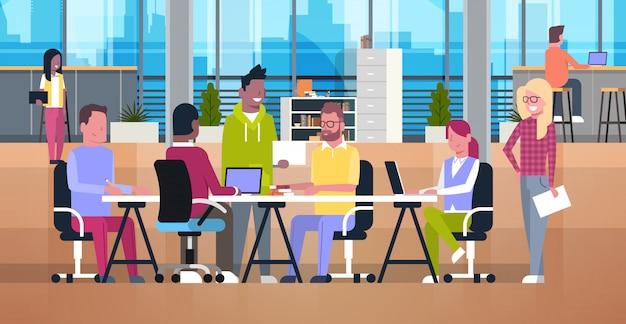 Pessoas de negócios casuais trabalhando juntos no escritório de coworking equipe moderna metting mix corrida businesspeo