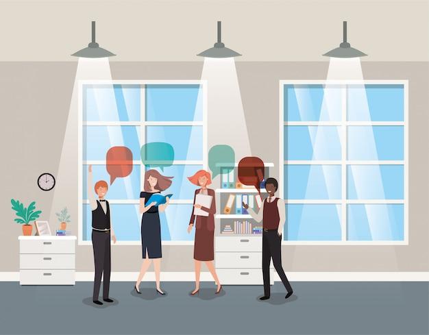 Pessoas de negócios, falando no escritório do corredor