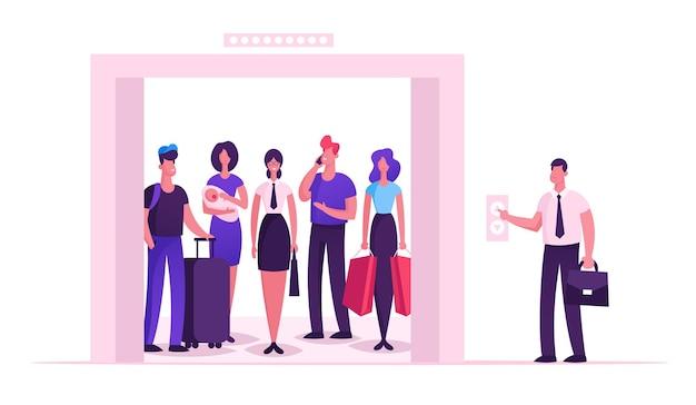 Pessoas diferentes em pé no elevador com portas abertas