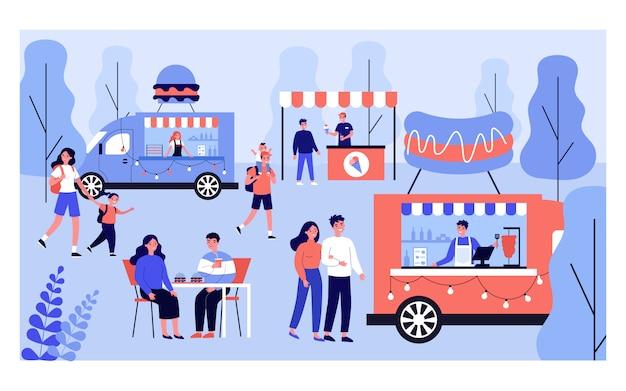 Pessoas diferentes relaxantes no festival de comida de rua