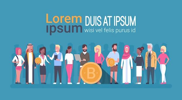 Pessoas diferentes, segurando o conceito de moeda crypto de dinheiro dourado digital bitcoin web