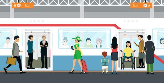 Pessoas e trabalhadores esperando o serviço de metrô