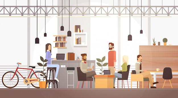 Pessoas, em, criativo, escritório, co-working, centro, campus universitário, moderno, local trabalho, interior