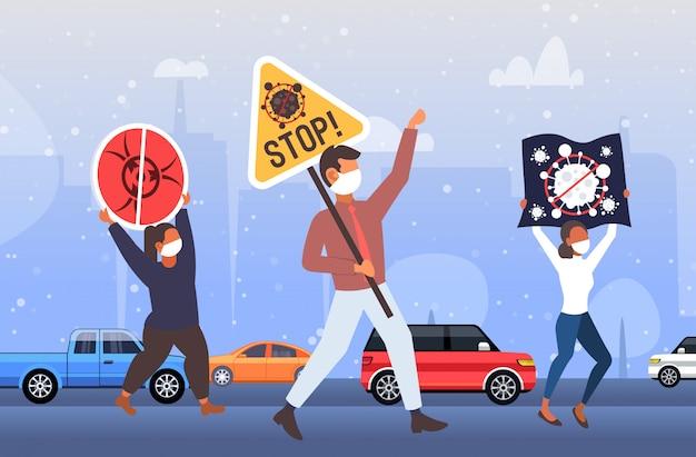 Pessoas em máscara protetora segurando faixas demonstrando contra o pandemia de covid-19 parar o coronavírus