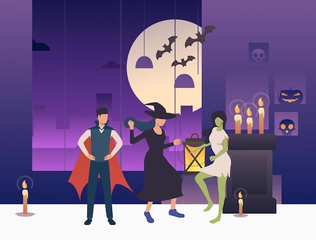 Pessoas em trajes de halloween dançando no quarto escuro