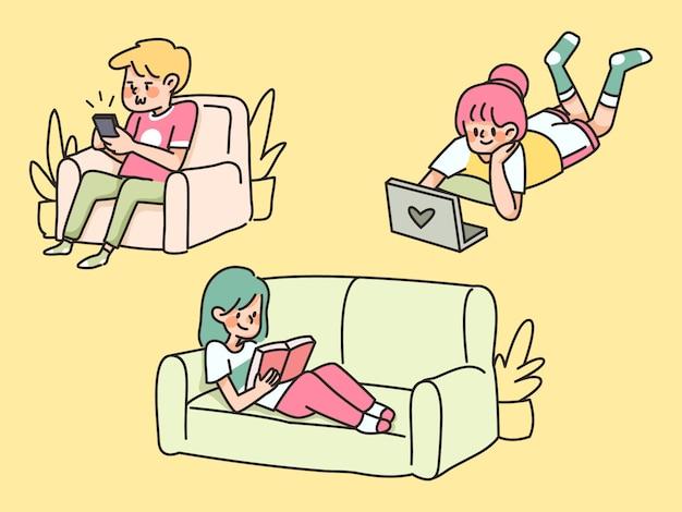 Pessoas entediadas quarentena em casa preguiçoso sentado no sofá e usando eletrônicos ficar em casa