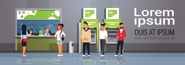 Pessoas esperando linha de caixa