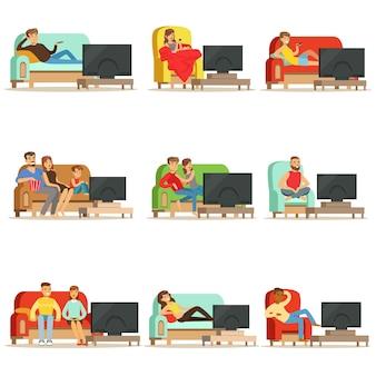 Pessoas felizes assistindo televisão, sentado no sofá em casa