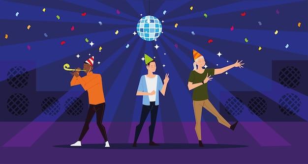 Pessoas felizes comemorando a festa com bola de discoteca e confetes