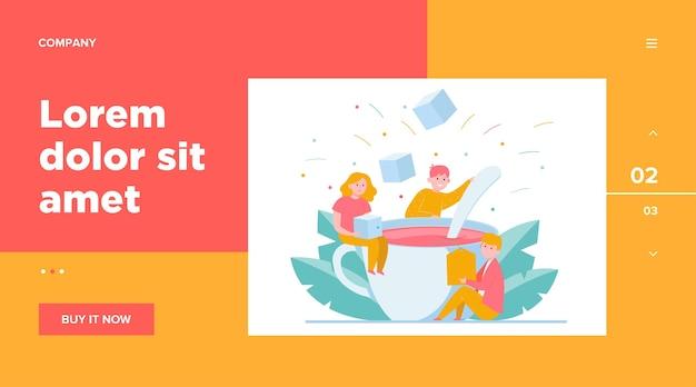 Pessoas felizes, misturando açúcar em uma xícara grande de chá. modelo da web colher, escritório, almoço