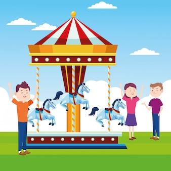 Pessoas felizes no carrossel de cavalos sobre a paisagem
